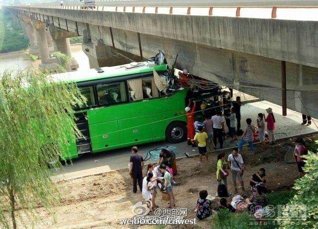 西安一大客车撞上限高大桥